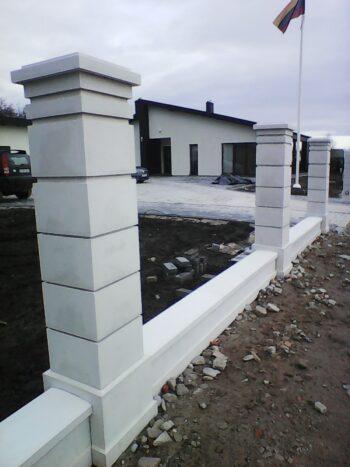 Modernus tvoros stulpelis su tarpstulpiais