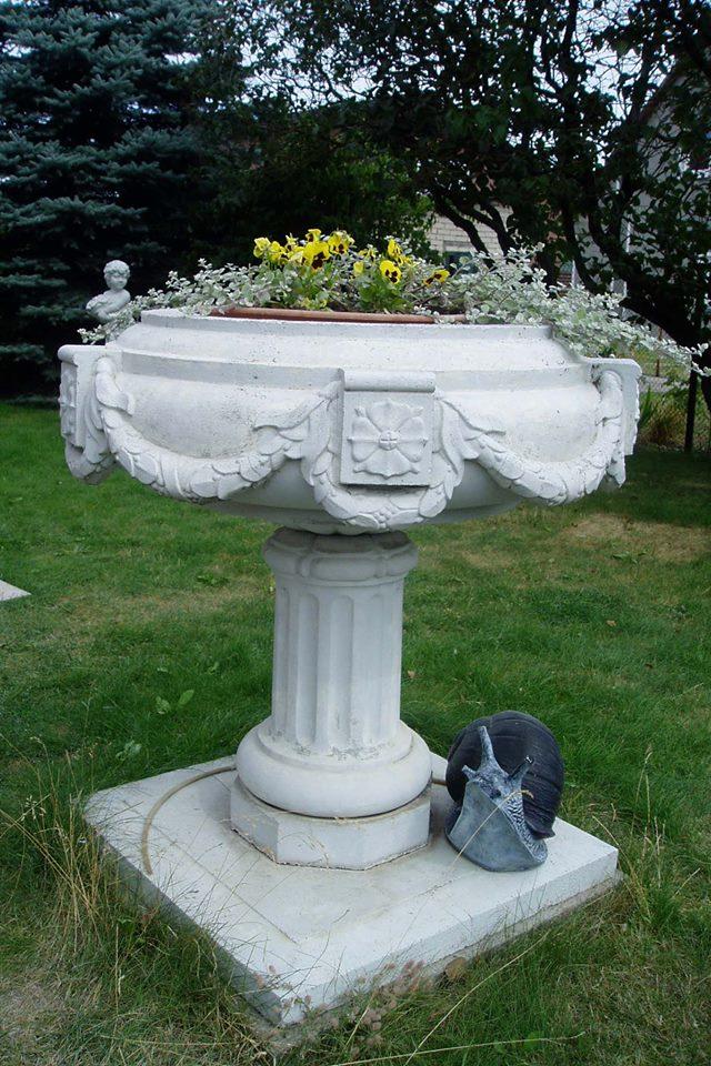 Pakeliamoji betoninė vaza gėlėms