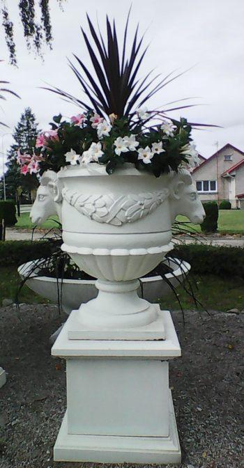 Betonine vaza su avinų dekoracija
