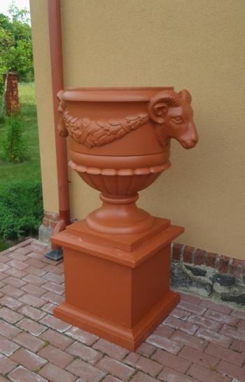 Betoninė vaza su avinų dekoracija