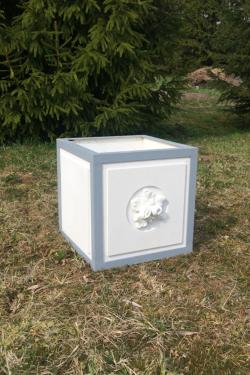 Kvadratine vaza su metaliniu karkasu