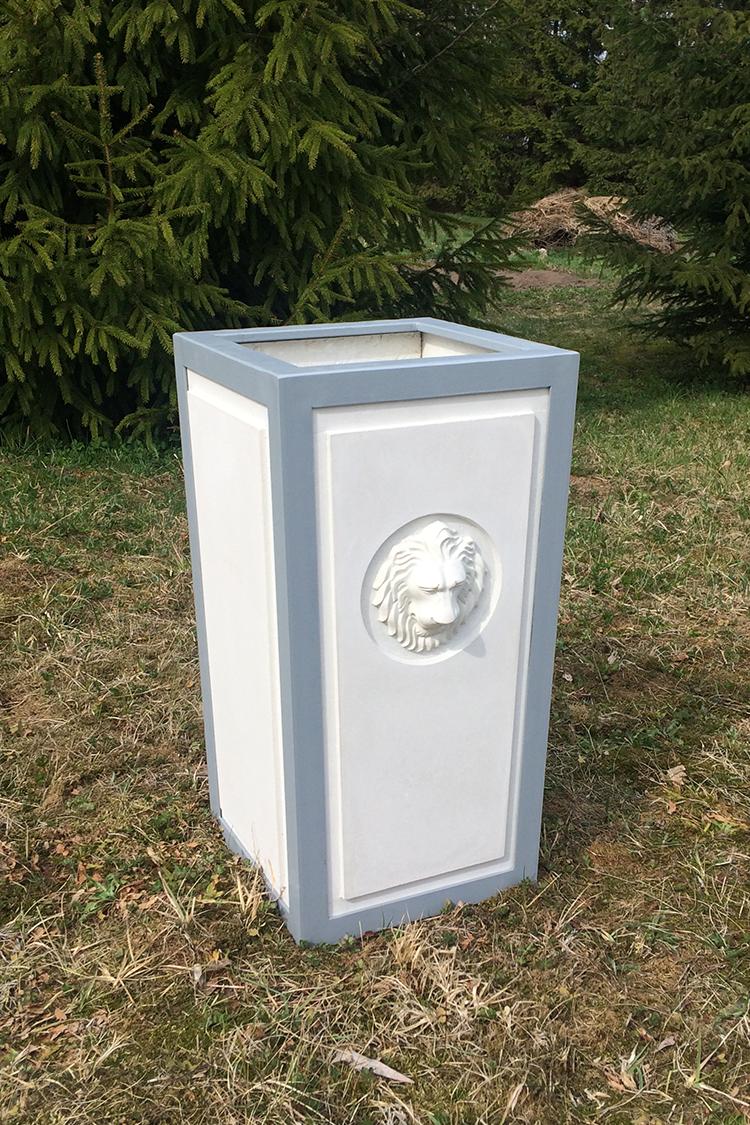 Kvadratinė betoninė vaza su metaliniu karkasu